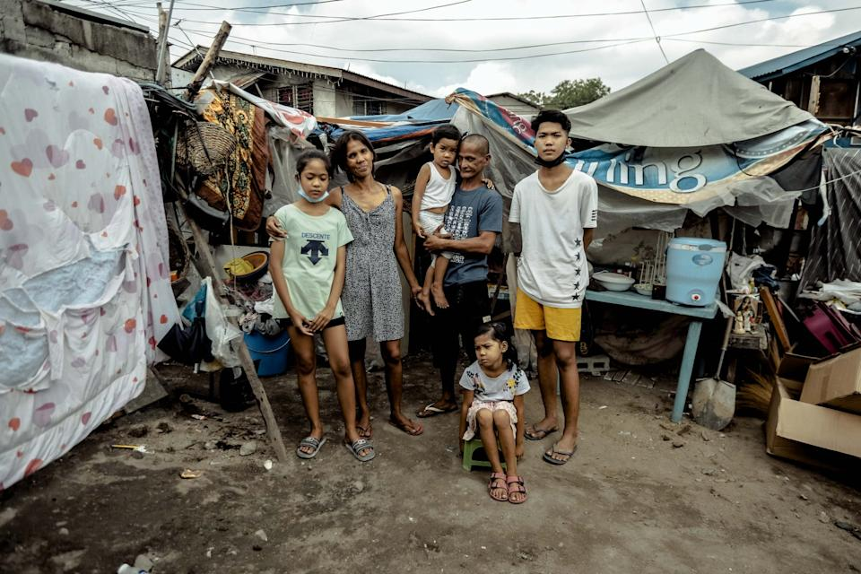 Rommel and Rosalyn with their children. (Photo reproduced with permission from Rab4Love Studios)