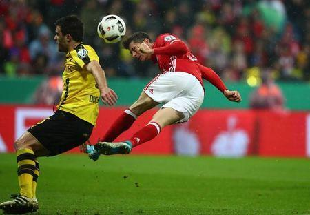 Soccer Football - Bayern Munich v Borussia Dortmund - DFB Pokal Semi Final - Allianz Arena, Munich, Germany - 26/4/17 Bayern Munich's Robert Lewandowski in action Reuters / Michael Dalder Livepic