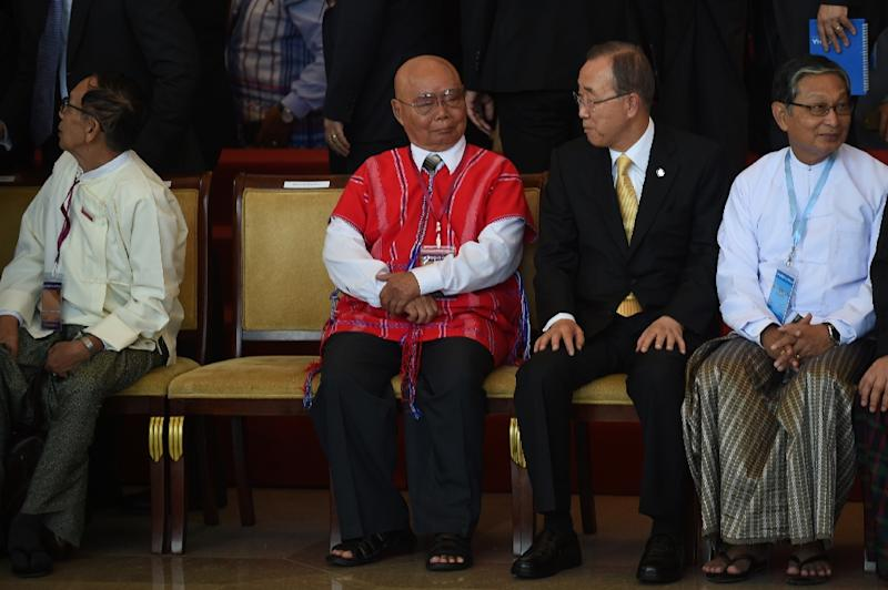 Ethnic rebel leader General Saw Mutu Say Poe (2L) sits next to UN Secretary General Ban Ki-moon during the Myanmar peace summit (AFP Photo/Romeo Gacad)