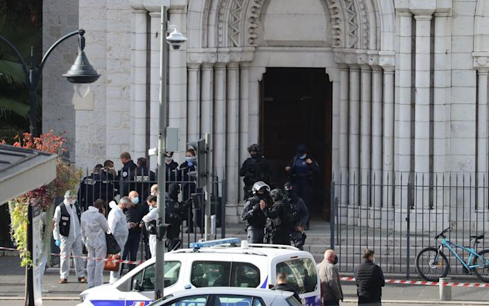French members of the elite tactical police unit RAID enter to search the Basilica of Notre-Dame de Nice - VALERY HACHE/AFP