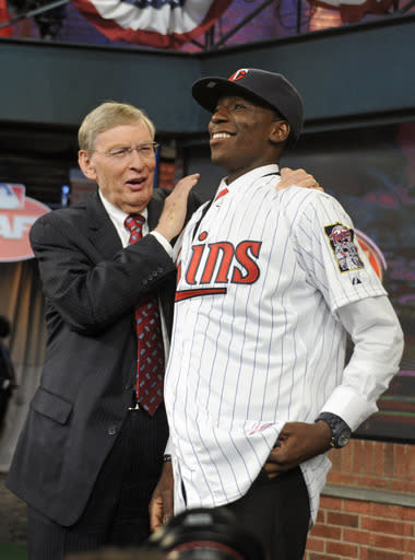 Commissioner Bud Selig, left, poses with shortstop Nick Gordon from Olympia high school in Windemere, Florida at the 2014 MLB baseball draft Thursday, June 5, 2014, in Secaucus, N.J. Gordon was drafted by the Minnesota Twins with the fifth selection. (AP Photo/Bill Kostroun)
