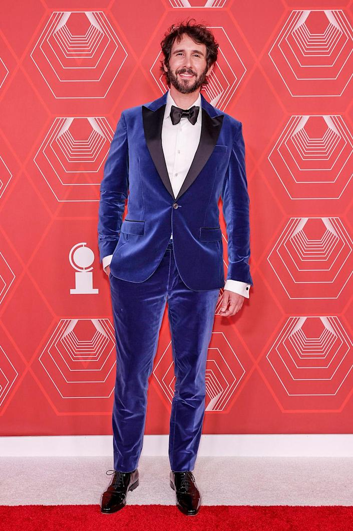 <p>The singer wore a deep blue velvet suit on the red carpet. </p>