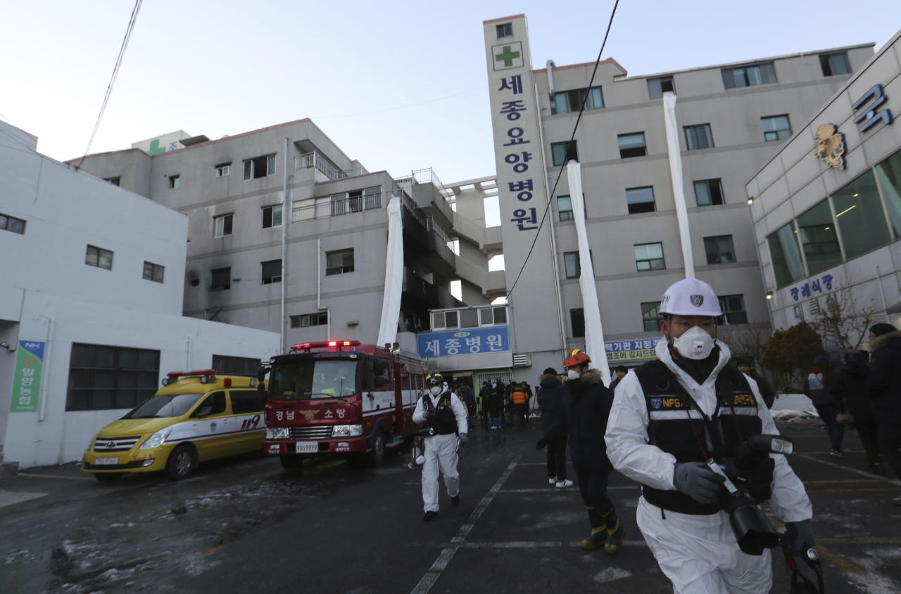 <p>Police investigators leave after inspecting a hospital after a fire in Miryang, South Korea, Friday, Jan. 26, 2018. (Photo: Ahn Young-joon/AP) </p>