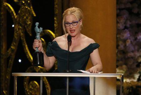 """Patricia Arquette accepts the award for Outstanding Female Actor in a Supporting Role for her role in """"Boyhood"""" at the 21st annual Screen Actors Guild Awards in Los Angeles, California January 25, 2015. REUTERS/Mario Anzuoni"""