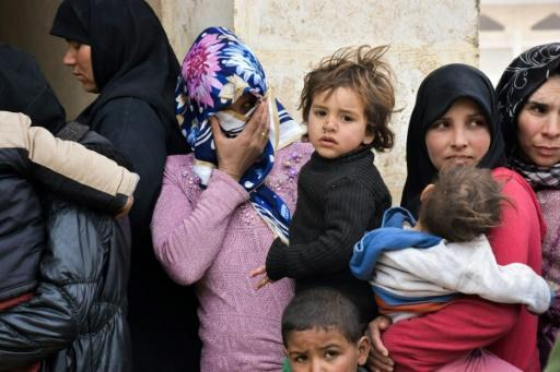 Tens of thousands flee clashes between Syria army, IS in north