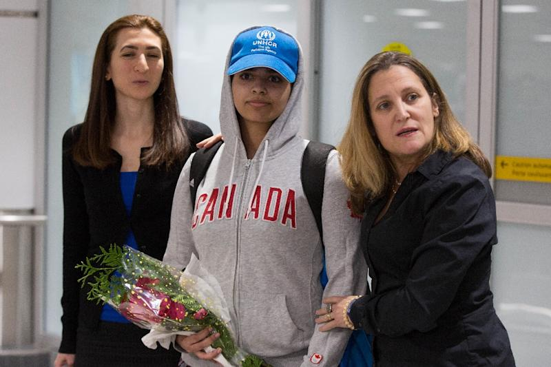 Canada's top diplomat Chrystia Freeland (R) welcomes Rahaf Mohammed al-Qunun (C) as the teen Saudi asylum seeker arrives at Pearson International airport in Toronto (AFP Photo/Lars Hagberg)
