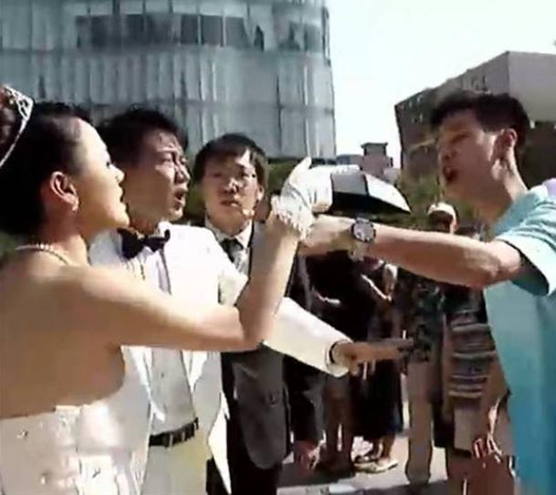 A Chinese bride faces off against her groom's lover, who showed up on their wedding day uninvited to steal him away. (Photo: Youku)