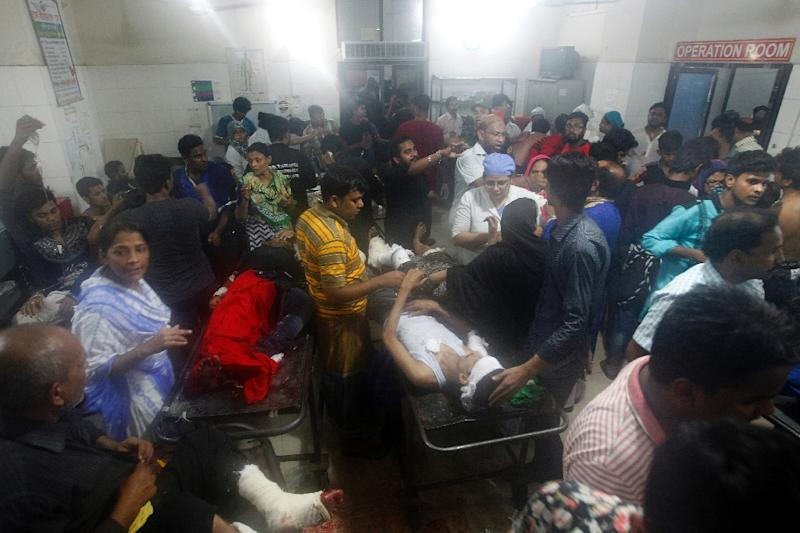 Injured worshipers are brought to an emergency unit of a Dhaka hospital, after a small a small bomb exploded outside the Bangladesh capital's main Shia religious site on October 24, 2015 (AFP Photo/-)