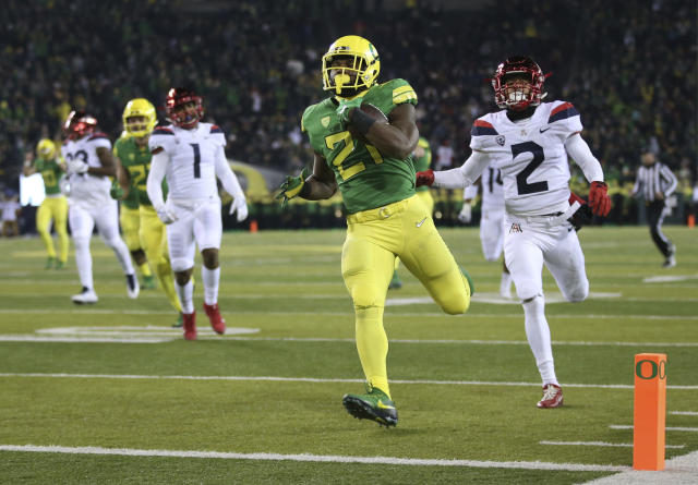 "Oregon running back <a class=""link rapid-noclick-resp"" href=""/ncaaf/players/242985/"" data-ylk=""slk:Royce Freeman"">Royce Freeman</a> finishes his college career with 5,621 rushing yards — officially sixth-most in FBS history. (AP Photo/Chris Pietsch)"