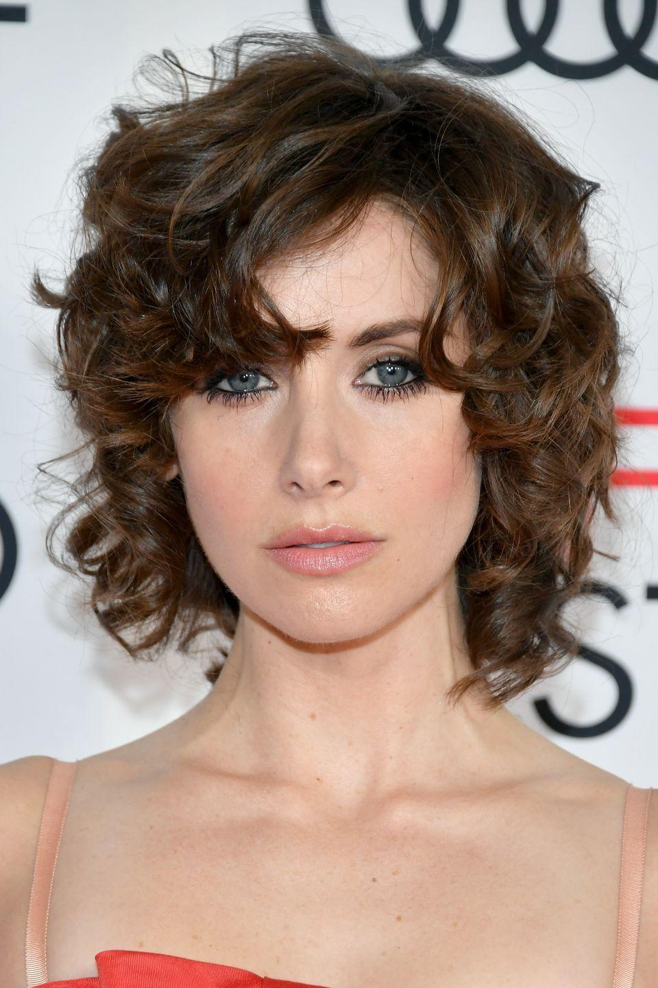 <p>Channelling her badass (and slightly try hard) character Ruth in 80s wrestling series 'Glow', Alison Brie took to the red carpet with choppy, shoulder length curls. The best bit? Forget the retro perm with the texture of an old sponge, Brie's curls were soft, sultry and so 2017.</p>