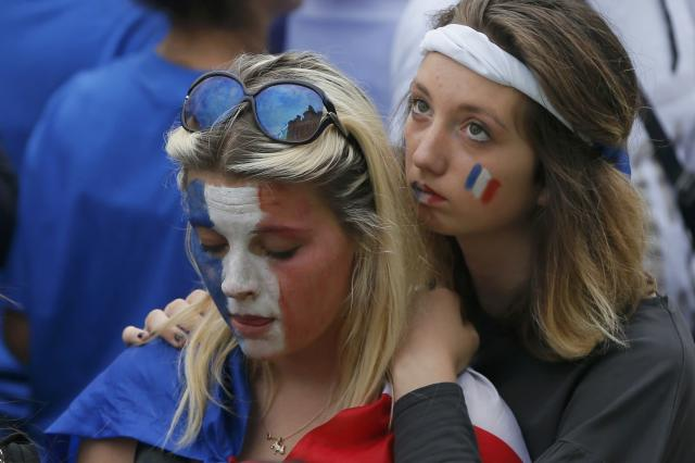 France team fans react as they watch the 2014 World Cup quarter-finals soccer match between France and Germany at the Maracana stadium in Rio de Janeiro, on a giant screen outside the city hall in Paris July 4, 2014. REUTERS/Gonzalo Fuentes (FRANCE - Tags: SOCCER SPORT WORLD CUP)