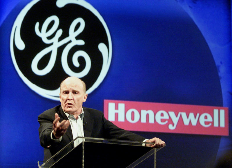 "General Electric chief executive officer John ""Jack"" Welch speaks at a press conference in New York on October 23, 2000 where he discussed General Electrics acquisition of Honeywell for $45 billion in stock. Welch will now stay on as chairman and CEO through the end of 2001, pushing back a planned April retirement. PM/ME"