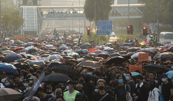 Protesters arrive at the Hung Hom Bypass in Tsim Sha Tsui East. Photo: K.Y. Cheng