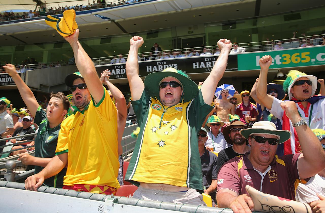 BRISBANE, AUSTRALIA - NOVEMBER 22:  Australian fans celebrate after a wicket during day two of the First Ashes Test match between Australia and England at The Gabba on November 22, 2013 in Brisbane, Australia.  (Photo by Scott Barbour/Getty Images)