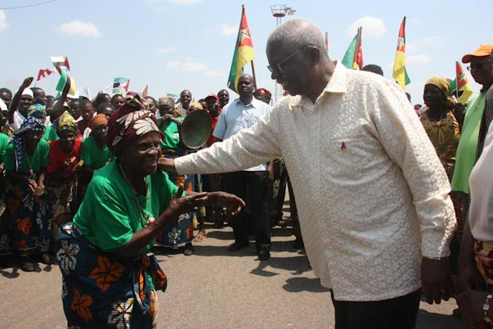 President of Mozambique Armando Guebuza (R) greets a surpporter on his arrival in Chimoio, capital of the Manica Province, on October 30, 2013 (AFP Photo/Ferhat Momade)
