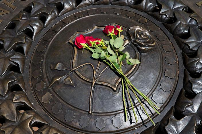 <p>Five red roses are seen on the bronze medallion at The National Law Enforcement Officers Memorial in Washington, Friday, July 8, 2016. Five law enforcement officers were killed in Dallas on Thursday. (Photo: Alex Brandon/AP) </p>