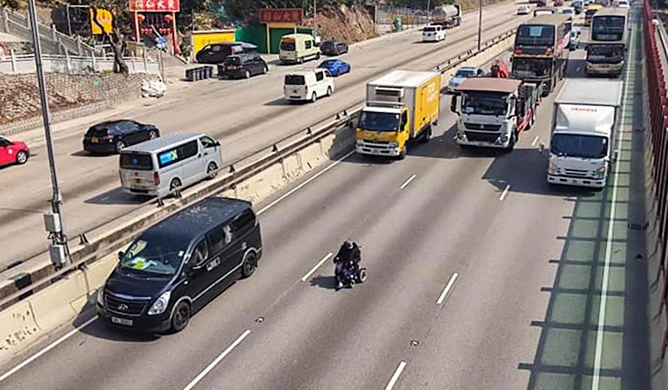 As of 1.30pm, police had not yet found the man who numerous motorists saw travelling down Ching Cheung Road. Photo: Facebook