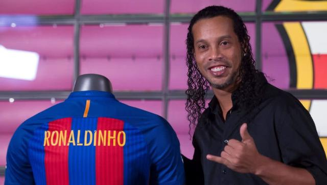 The name Ronaldinho is one that will never be forgotten in the world of football, no matter how many generations come and go. The Brazilian legend, who shot to stardom at Paris Saint-Germain before going on to cement his place in the history of the game with Spanish giants Barcelona, is now retired and works as an ambassador for the Catalan side. But things could have been very different, as he could have signed for Manchester United instead. Back in the summer of 2003, the way to Old...