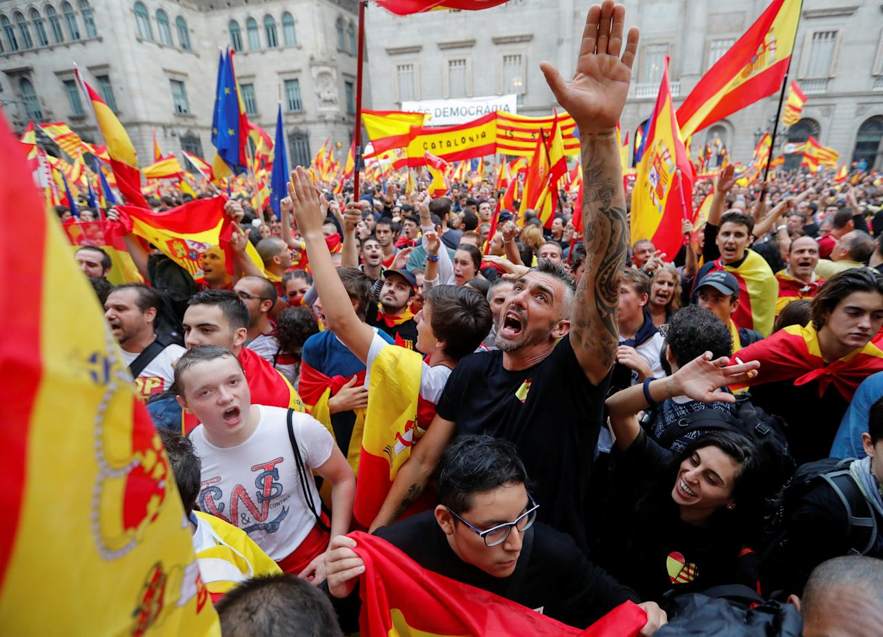 <p>Demonstrators shout during a protest in favour of a unified Spain a day before the banned October 1 independence referendum, on Sant Jaume square in Barcelona, Spain, Sept. 30, 2017. (Photo: Yves Herman/Reuters) </p>
