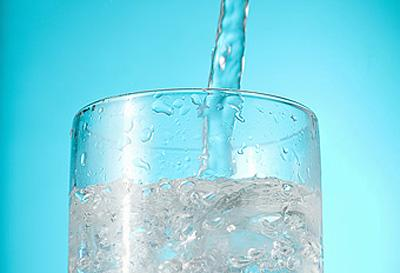 "<div class=""caption-credit""> Photo by: Photolibrary</div><div class=""caption-title""></div><b>FAT HABIT #15: Not drinking enough water</b> <br> Adequate water intake is essential for all your body's functions, and the more you drink, the better your chances of staying thin. In one University of Utah study, dieting participants who were instructed to drink two cups of water before each meal lost 30 percent more weight than their thirsty peers. And you can magnify the effect by adding ice. German researchers found that six cups of cold water a day could prompt a metabolic boost that incinerates 50 daily calories. That's enough to shed five pounds a year!<b><br></b> <p>   <b><a rel=""nofollow"" href=""http://wp.me/p1rIBL-1af"">Top 7 Fat Burning Foods</a></b> </p> <br>"