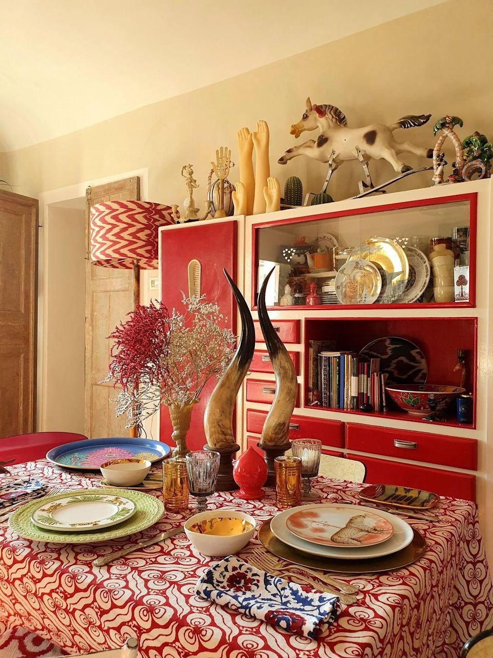 """<p>Centerpieces don't have to be large floral arrangements. Bertrando di Renzo of <a href=""""https://www.les-ottomans.com/"""" rel=""""nofollow noopener"""" target=""""_blank"""" data-ylk=""""slk:Les Ottomans"""" class=""""link rapid-noclick-resp"""">Les Ottomans</a> creates a stunning fall tablescape using dried flowers and antique horns for a gorgeously eclectic centerpiece. </p>"""