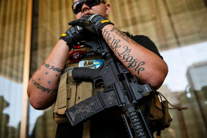 <p>Trevor Leis from Lima, Ohio, of the West Ohio Minutemen group stand guard outside the 2016 Republican National Convention in Cleveland on July 19, 2016. (Photo: Marcus Yam/Los Angeles Times/Getty Images)</p>