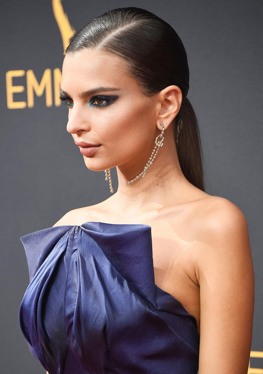 <p><b>Emily Ratajkowski</b></p><p>It took merely the simplest of hairstyles to complement that dramatic eye makeup. (Photo: Getty Images)<br></p>