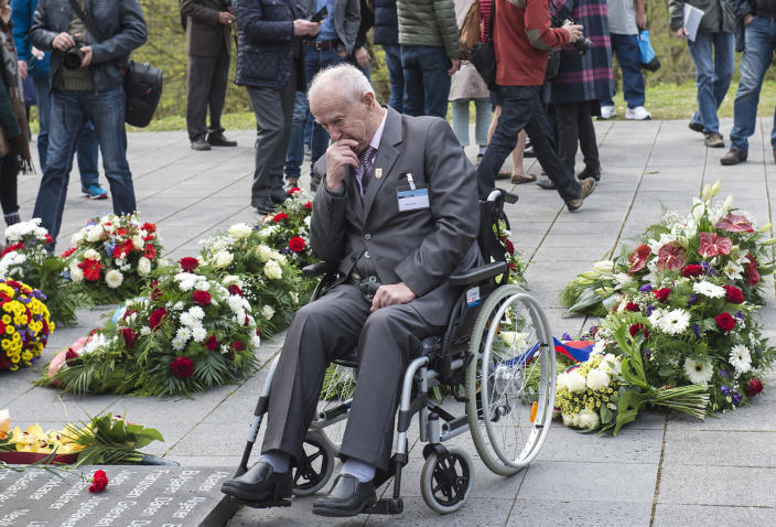 <p>Nazi concentration camp survivor Marian Wach of Poland mourns between the flowers during the commemoration ceremonies for the 72th anniversary of the liberation of former Nazi concentration camp Mittelbau-Dora near Nordhausen, central Germany, Monday, April 10, 2017. (Photo: Jens Meyer/AP) </p>