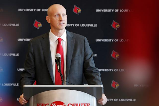 "Chris Mack speaks after being introduced as new men's basketball coach of the <a class=""link rapid-noclick-resp"" href=""/ncaab/teams/laq"" data-ylk=""slk:Louisville Cardinals"">Louisville Cardinals</a> during a press conference at KFC YUM! Center on March 28, 2018 in Louisville, Kentucky. (Getty)"