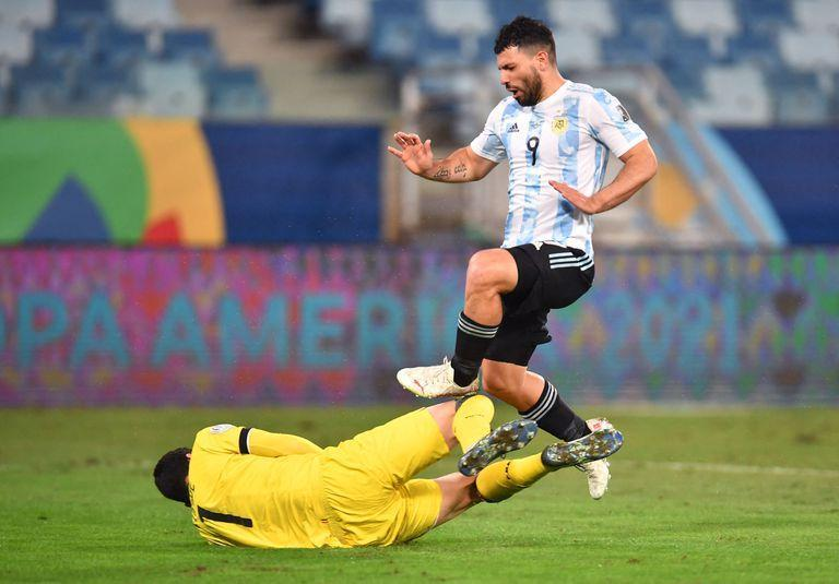 Argentina's Sergio Aguero (R) and Bolivia's goalkeeper Carlos Lampe vie for the ball during the Conmebol Copa America 2021 football tournament group phase match at the Arena Pantanal Stadium in Cuiaba, Brazil, on June 28, 2021. (Photo by DOUGLAS MAGNO / AFP)
