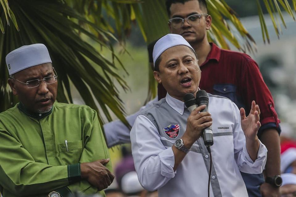 PAS information chief Kamaruzaman Mohamad (in the grey shirt) called the event 'unbeneficial'. — Picture by Hari Anggara