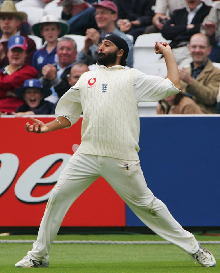 LONDON - MAY 14:  Monty Panesar of England throws the ball in from the boundary during day four of the first npower test match between England and Sri Lanka at Lord's on May 14, 2006 in London, England.  (Photo by Shaun Botterill/Getty Images)