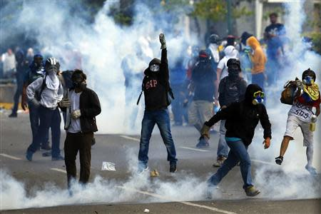 Anti-government protesters clash with police during a protest at Altamira square in Caracas March 10, 2014. REUTERS/Jorge Silva
