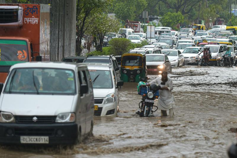 Heavy Rains in Delhi-NCR Cause Waterlogging, Traffic Jam; Police Issue Advisory