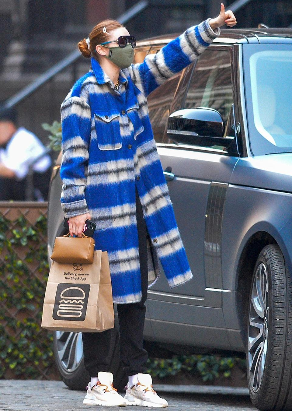 <p>Gigi Hadid sends a thumbs up to fans after grabbing Shake Shack on Thursday in N.Y.C.</p>