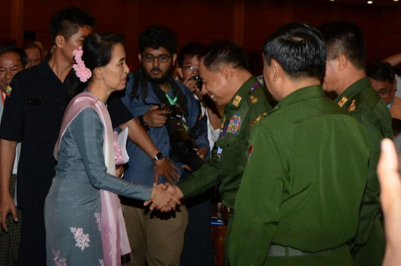Myanmar's Aung San Suu Kyi (L) greets military delegates at the conclusion of the peace conference in Naypyidaw on September 3, 2016 (AFP Photo/Aung Htet)