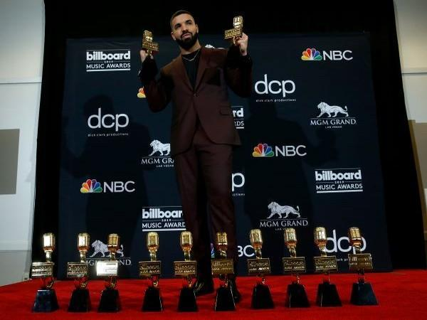 Drake poses backstage with his 12 awards to include Top Artist at Billboard 2019 Music Awards