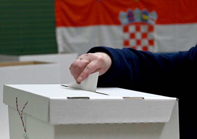 Turnout in Croatia's presidential election was slightly higher than in the last vote five years ago (AFP Photo/Denis LOVROVIC)