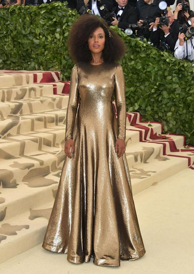 <p>Washington stunned in gold, and a Lorraine Schwartz headpiece. (Photo: Getty Images) </p>