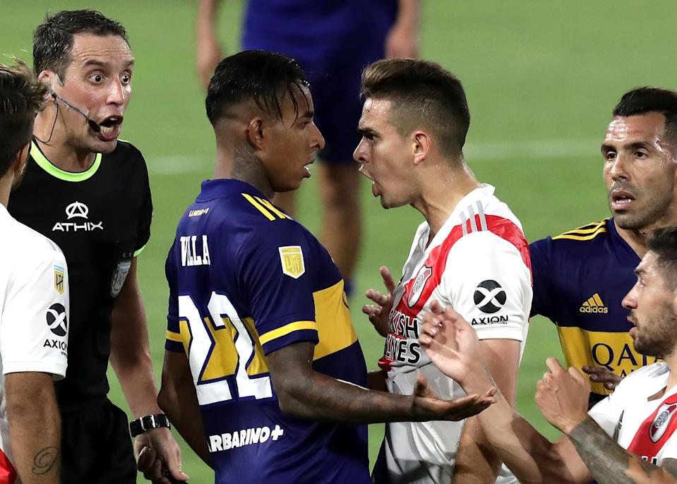 BUENOS AIRES, ARGENTINA - JANUARY 02: Rafael Borré of River Plate argues with Sebastián Villa of Boca Juniors during a match between Boca Juniors and River Plate as part of Zona Campeonato of Copa Diego Maradona 2020 at Estadio Alberto J. Armando on January 02, 2021 in Buenos Aires, Argentina. (Photo by Alejandro Pagni - Pool/Getty Images)