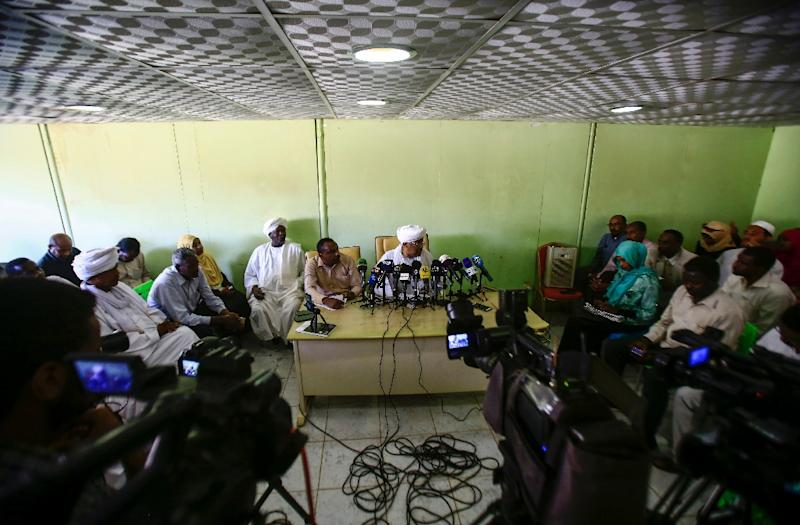 Idris Suleiman (C), Sudan's ex-minister of international cooperation and political secretary of the Popular Congress Party, speaks during a press conference at the party's headquarters in the capital Khartoum on December 26, 2018 (AFP Photo/ASHRAF SHAZLY)