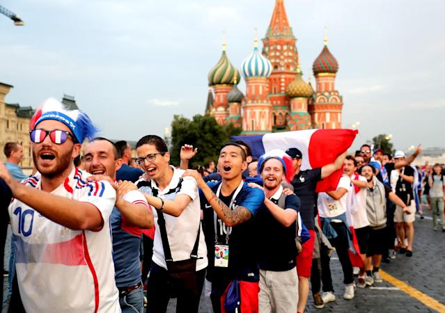 Moscow (Russian Federation), 14/07/2018.- France fans gather in the Red Square in Moscow, 14 July 2018. France will face Croatia in the final of the FIFA World Cup 2018 on 15 July. (Croacia, Mundial de Fútbol, Moscú, Rusia, Francia) EFE/EPA/ZURAB KURTSIKIDZE