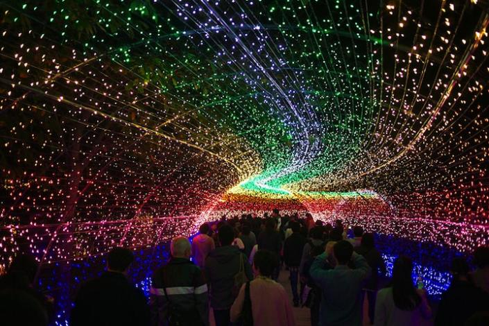 """Crowds check out a rainbow-style tunnel at Japan's Winter Illuminations display. <a href=""""http://www.mymodernmet.com/profiles/blogs/nabana-no-sato-tunnel-japan"""" rel=""""nofollow noopener"""" target=""""_blank"""" data-ylk=""""slk:(Tairoy / My Modern Met)"""" class=""""link rapid-noclick-resp"""">(Tairoy / My Modern Met)</a>"""