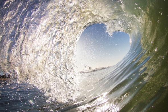Amazing heart-shaped wave snapped by surfer