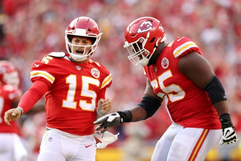 Kansas City quarterback Patrick Mahomes celebrates with Trey Smith after throwing a fourth-quarter touchdown pass in the Chiefs' 33-29 NFL victory over the Cleveland Browns (AFP/JAMIE SQUIRE)