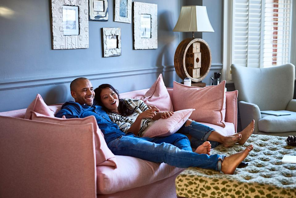 """<h1 class=""""title"""">Couple at home watching television together on sofa</h1><cite class=""""credit"""">10'000 Hours</cite>"""