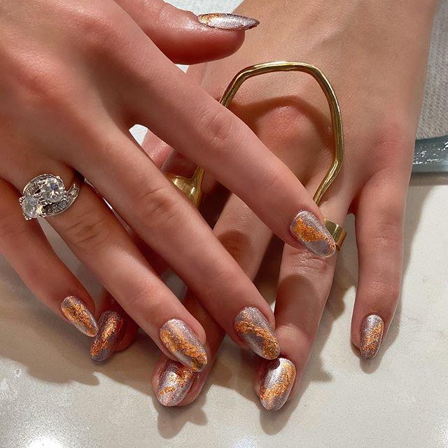 """<p>Who says you can't mix metals? Only <strong>copper and silver </strong><strong><a href=""""https://www.cosmopolitan.com/style-beauty/beauty/news/g5202/glitter-nail-polish-colors/"""" target=""""_blank"""">glitter polishes</a> </strong>could distract you from that rock.</p><p><strong>💫</strong> <strong>Recreate it with:</strong> <a href=""""https://www.essie.com/nail-polish/whats-new/gorge-ous-geodes-collection"""" target=""""_blank"""">Essie Gorge-ous Geodes Nail Polish Collection</a></p><p><a href=""""https://www.instagram.com/p/B6_Ut66Ayoi/?utm_source=ig_embed&utm_campaign=loading"""">See the original post on Instagram</a></p>"""