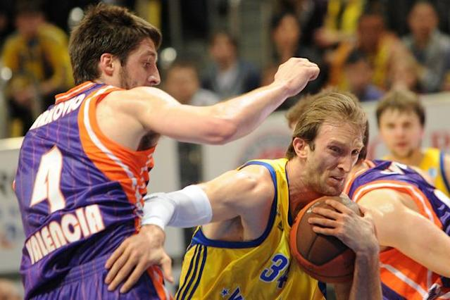 Valencia's Stefan Markovic vies with BC Khimki's Zoran Planinic (R) during the Eurocup final basketball match between BC Khimki and Valencia in Khimki, outside Moscow on April 15, 2012. AFP PHOTO / KIRILL KUDRYAVTSEV