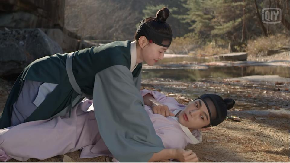 Sung Yi Gyeom (Kim Myung Soo, on his back) and Hong Da In (Kwon Na Ra) in Royal Secret Agent.