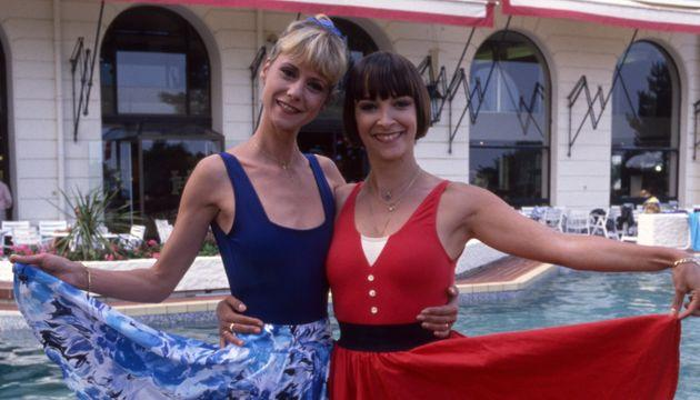 Dorothée et Ariane Carletti en vacances le 17 juin 1988 à La Baule, France. (Photo by Micheline PELLETIER/Gamma-Rapho via Getty Images)